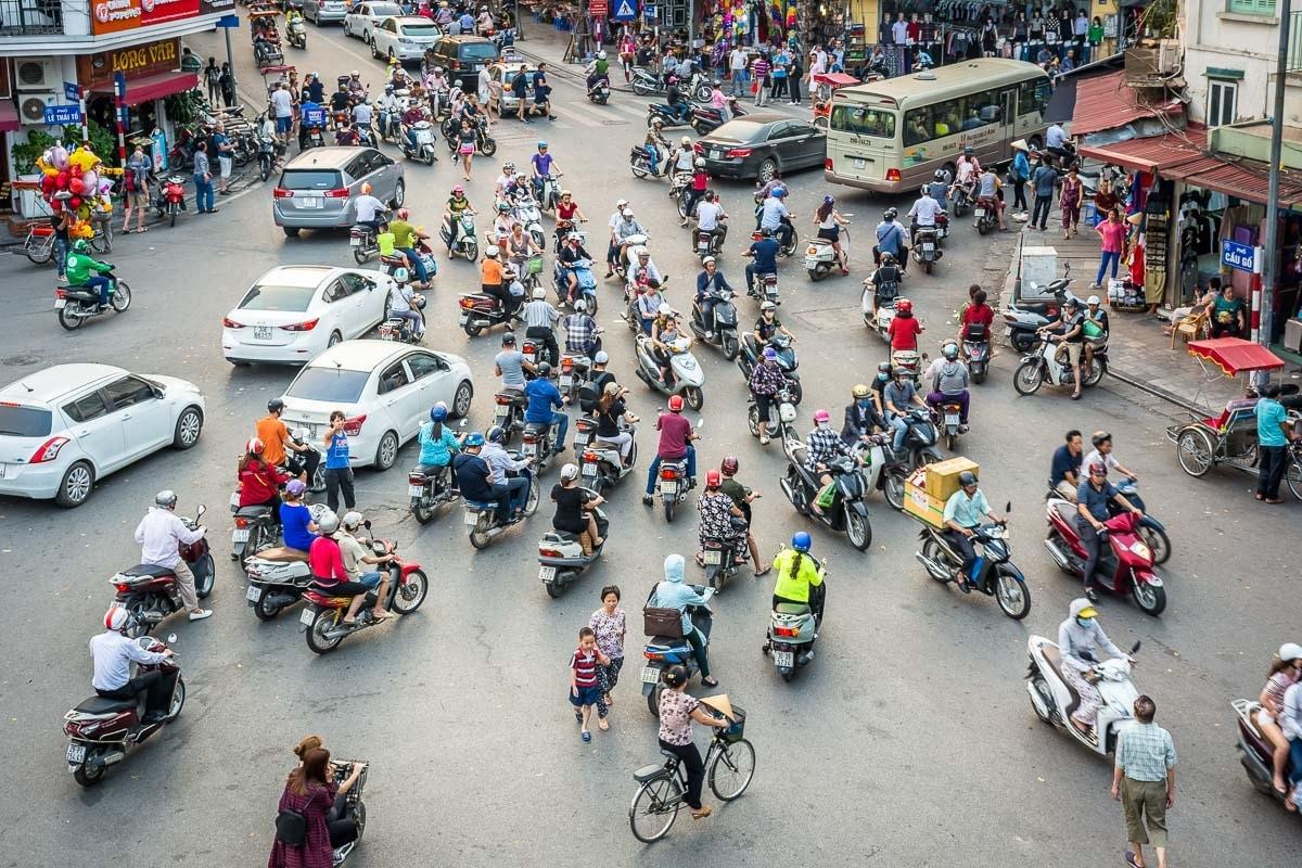 DSC_0181-Vietnam-Hanoi-Scooter-Traffic-170411
